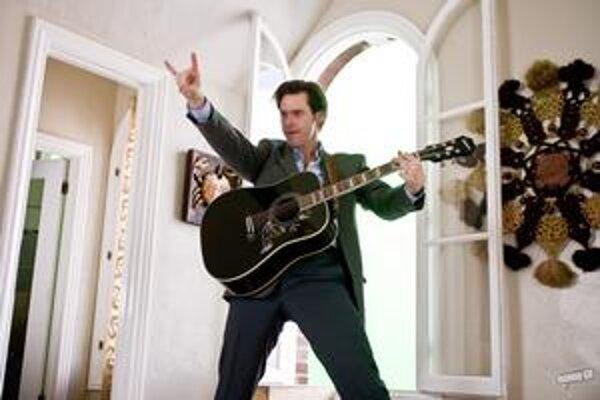 Zatrpknutý úradník Carl (Jim Carrey) začína nový život.