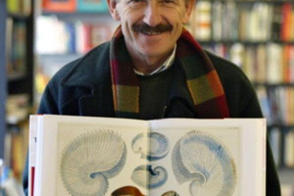 Dušan Dušek (1946) básnik, prozaik, filmový scenárista, autor rozhlasových hier a literatúry pre deti a mládež. Vyštudoval geológiu a chémiu na Prírodovedeckej fakulte UK. Pracoval ako redaktor v časopisoch Smena, Tip, Kamarát a Slovenské pohľady. Od roku