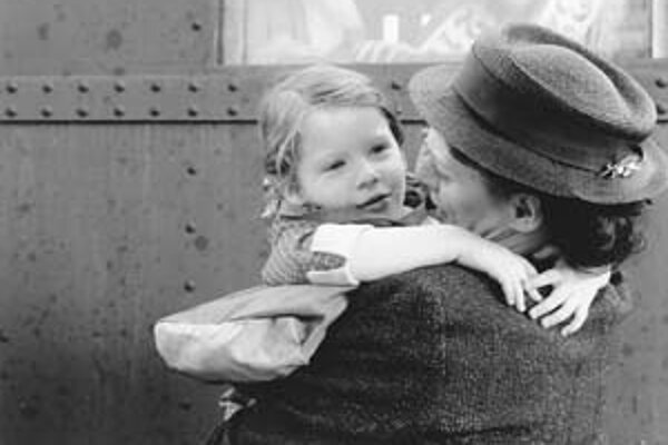 Scéna z lúčenia s deťmi na pražskej vlakovej stanici. V Mináčovom filme Nickyho rodina hrá Klára Issová.