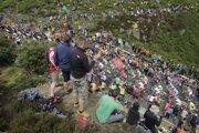 Fanúšikovia sledujú pelotón počas Tour de France.