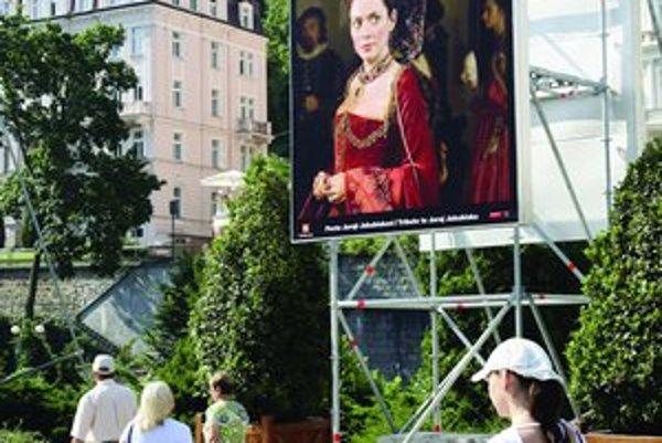 Medzi ťaháky festivalového programu bude patriť aj film Bathory, patrične propagovaný aj v uliciach mesta.