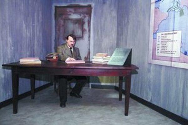 Mnohým Nemcom prekážalo, že Adolf Hitler bol v múzeu zobrazený ako unavený muž nad písacím stolom. Fotografia pred a po útoku na jeho voskovú figurínu.
