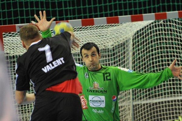 Zľava: Martin Valent (Topoľčany) a brankár Prešova Svetislav Verkič počas tretieho finálového zápasu.