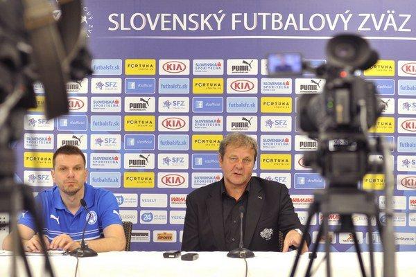 Tréner Ján Kozák (vpravo) a jeho asistent Štefan Tarkovič na zraze pred priateľskými zápasmi s Čiernou Horou a Ruskom. Senec, 20. máj 2014.