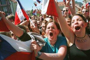 Tisícky hokejových fanúšikov oslavovali v Prahe zlatý hetrik z MS v roku 2001 po finálovom víťazstve Čechov nad Fínmi.