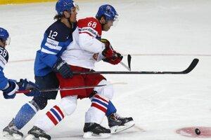 Fínsky hokejista Olli Jokinen (vľavo) a Čech Jaromír Jágr (vpravo) bojujú o puk v druhom semifinálovom zápase MS v ľadovom hokeji Fínsko - Česká republika.