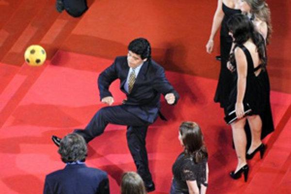 Diego Maradona pred premiérou filmu Emira Kusturicu.