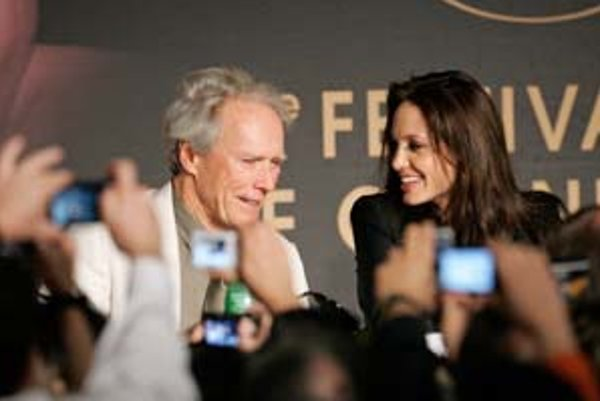 Clint Eastwood s Angelinou Jolie na stretnutí s novinármi v Cannes.