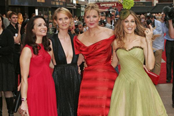 Americké herečky zľava Kristin Davisová, Cynthia Nixonová, Kim Cattrallová a Sarah Jessica Parkerová prichádzajú na svetovú premiéru filmu Sex and the City 12. mája 2008 v Londýne.