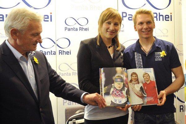 Zľava: Prezident Slovenského olympijského výboru (SOV) František Chmelár, Anastasia Kuzminová a Adam Žampa.