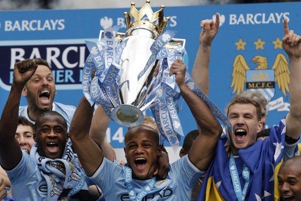 Kapitán Manchestru City Vincent Kompany s trofejou pre víťaza Premier League.
