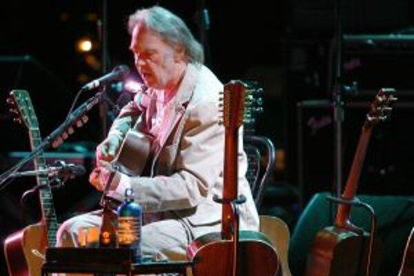 Vprvej, akustickej časti koncertu, Neil Young potešil aj nikdy nevydanými skladbami.
