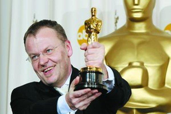 Stefan Ruzowitzky (nar. vo Viedni v roku 1961) začal umeleckú kariéru ako divadelný režisér. Napísal niekoľko scenárov pre rakúsku televíziu ORF. Ako filmový režisér debutoval v roku 1996 snímkou Tempo. Už jeho druhý film Die Siebtelbauern bol predaný do