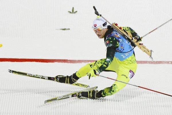 Matej Kazár padá v cieli v mixe štafiet.
