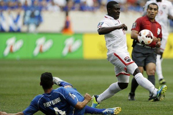 Stredopoliar Kevon Carter sa snaží kontrolovať loptu v zápase CONCACAF Gold Cup proti Salvadoru.