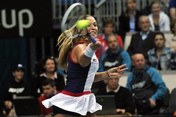 Dominika Cibulková odvracia úder Angelique Kerberovej vo štvrťfinále Pohára federácie Slovensko - Nemecko.