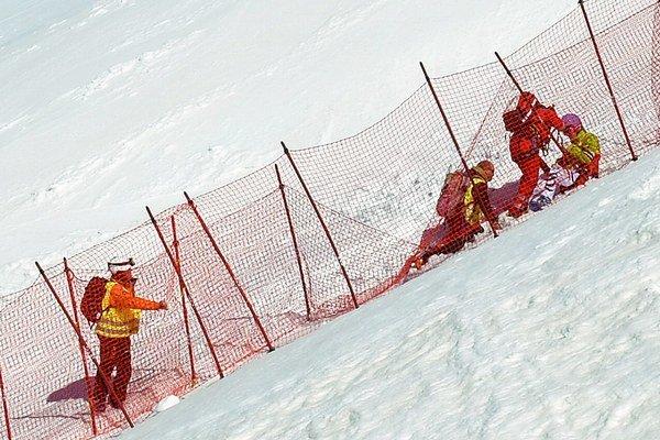 Maria Höfl-Riesch po páde v starostlivosti záchranárov.