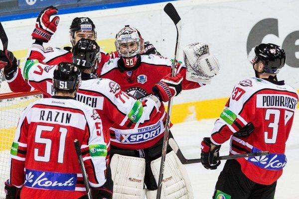Hráči Donecka s Jánom Lacom a Petrom Podhradským sa tešia z výhry nad Rigou 3:1 v siedmom zápase play off v Bratislave.