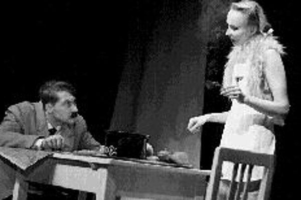Doma u Hitlerovcov alebo Historky z Hitlerovie kuchyneŠesť výjavov z Hitlerovho života od jeho mladíckej túžby študovať na viedenskej akadémii až po pád tretej ríše. Groteskné zosmiešnenie, kde je možné aj to, aby sa Hitler stretol na brnianskej hlavnej