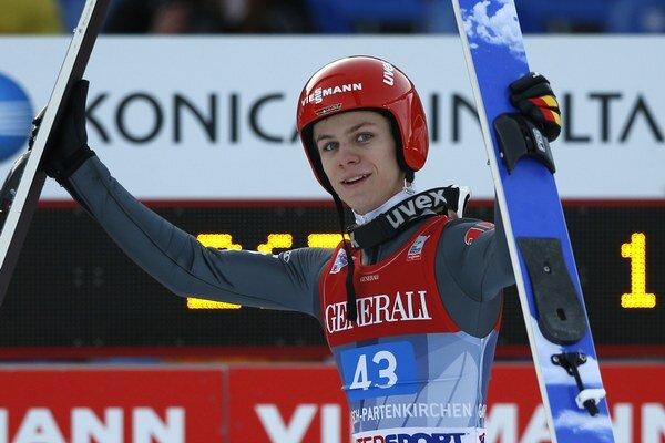 Medzi víťazov pretekov Svetového pohára v skokoch na lyžiach sa zaradil aj Andreas Wellinger.