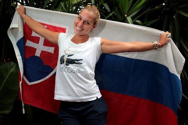 Dominika pózuje v piatok so slovenskou vlajkou.