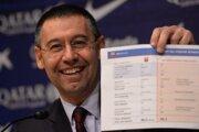 Josep María Bartomeu ukazuje detaily zmluvy s Neymarom.