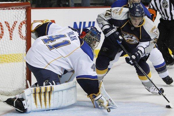 Brankár St. Louis Blues Jaroslav Halák sa snaží blokovať strelu z hokejky ľavého krídelníka Nashville Sergeja Kosticyna.