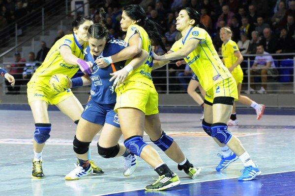 Hráčky Michaloviec Marianna Rebičová (tretia zľava), Tanja Kiridźić (vpravo) a hráčka Leverkusenu Desiree Comans (s loptou) počas prvého zápasu osemfinále.