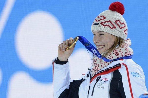 Anastasia Kuzminová prevzala zlatú medailu za šprint na medailovom námestí v Soči.