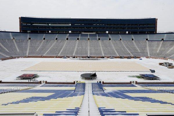 Winter Classic sa už tradične koná na otvorenom štadióne. Michigan Stadium patrí Michiganskej univerzite.