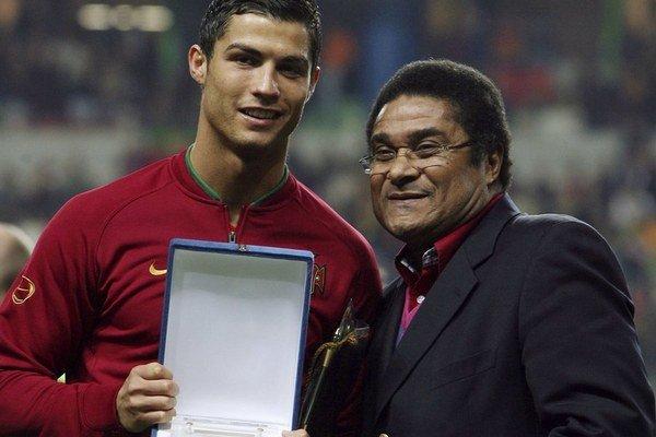 Najlepší Portugalčania. Legendárny futbalista Eusébio s hviezdou súčasnosti Cristianom Ronaldom.
