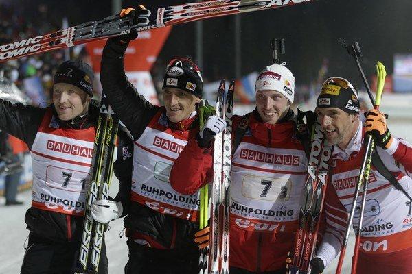 Štafeta mužov Rakúska v zložení (zľava) Simon Eder, Friedrich Pinter, Dominik Landertinger a Christopf Sumann na minulých pretekoch.