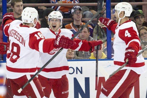 Tomáš Tatar (v strede) oslavuje gól v sieti Edmontonu s Joakimom Anderssonom a Jakubom Kindlom.