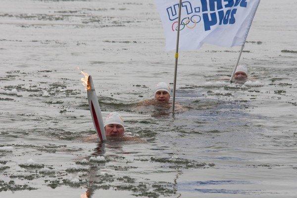 Takto s pochodňou plávali v Amure.