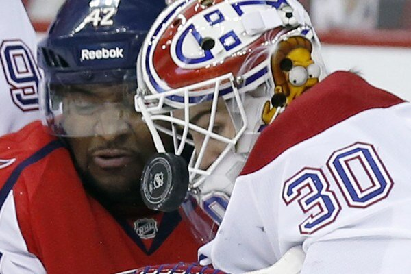Joel Ward z Washingtonu a Peter Budaj.