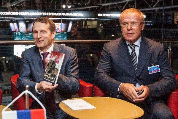 Predseda Štátnej dumy Federálneho zhromaždenia Ruskej federácie Sergej J. Naryškin (vľavo) a prezident CSKA Moskva Vjačeslav Fetisov.