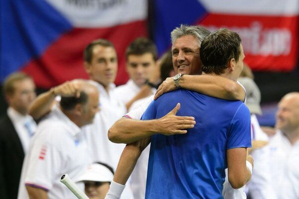 Český kapitán daviscupového tímu Jaroslav Navrátil (vľavo) gratuluje Tomášovi Berdychovi.