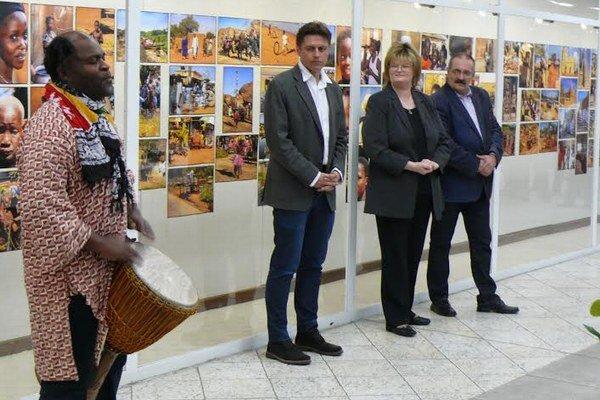 Na vernisáži k výstave fotografií sa návštevníkom predviedol aj Afričan Thierry Ebama.