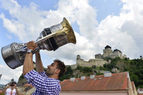 Hokejista Dinama Moskva Dominik Graňák priviezol cez leto Gagarinov pohár do Trenčína.