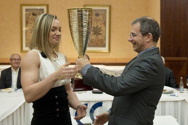 """Víťazke ankety """"Pretláčačka roka 2014"""" Lucii Debnárovej odovzdáva cenu prezident Slovenskej asociácie pretláčania rukou (SAPR) Marián Čapla."""