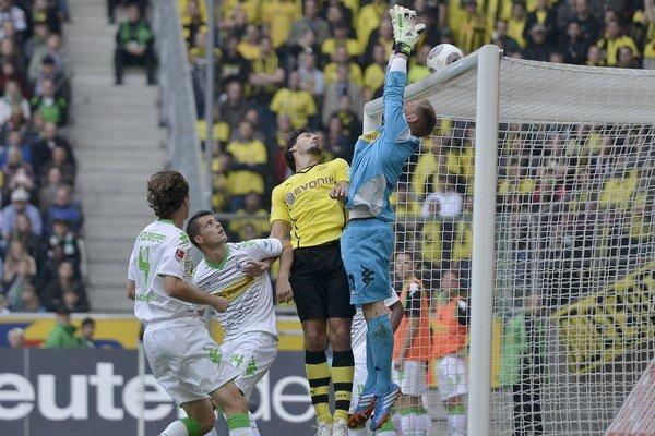 Brankár Mönchengladbachu Marc-Andre ter Stegen vyskakuje pred Matsom Hummelsom z Dortmundu.