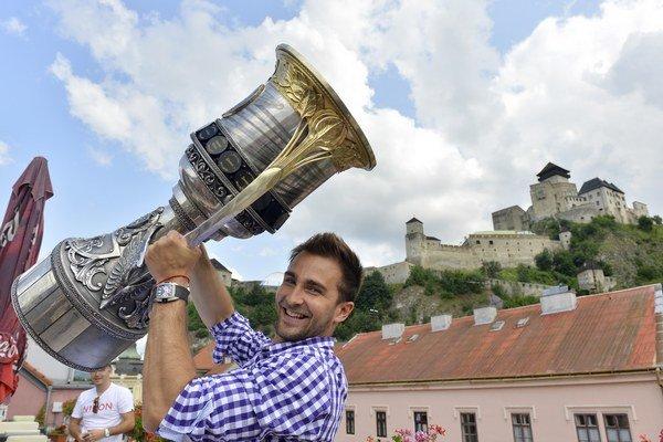 Dominik Graňák s Gagarinovým pohárom aj po roku pod Trenčianskym hradom.