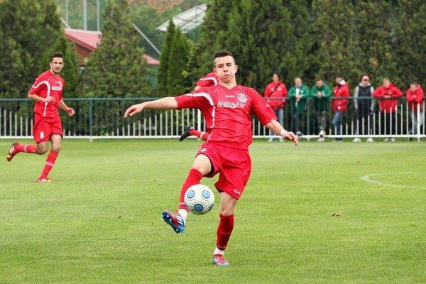 16-ročný senecký futbalista Oliver Kiss, si súťažnú seniorskú premiéru, odbil v zápase so Šamorínom.
