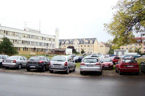 Na pozemku plánovali vlastníci obchodno-bytový komplex s priestorom pre novú polikliniku, zónou oddychu a podzemným parkovaním.
