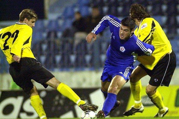 V zápase 18. kola Corgoň ligy sa v novembri 2003 na Tehelnom poli stretli Slovan a Inter. Na snímke Augustín Paulík (vľavo) a Marián Čišovský (vpravo) z Interu v súboji o loptu s Branislavom Fodrekom zo Slovana.