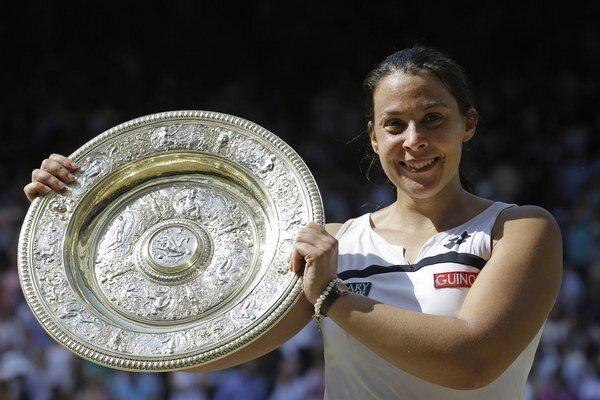 Na snímke zo 6. júla 2013 Marion Bartoliová pózuje s trofejou po zisku grandslamového titulu po výhre nad Nemkou Sabine Lisickou.