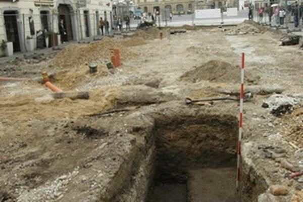 Archeologická jama pri pošte Na pozostatky dreveného mosta vraj narazili ešte v roku 1956 pri kopaní kanalizácie.