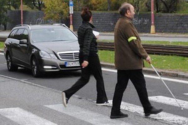 Na ľudí s bielou palicou by vodiči nemali trúbiť.