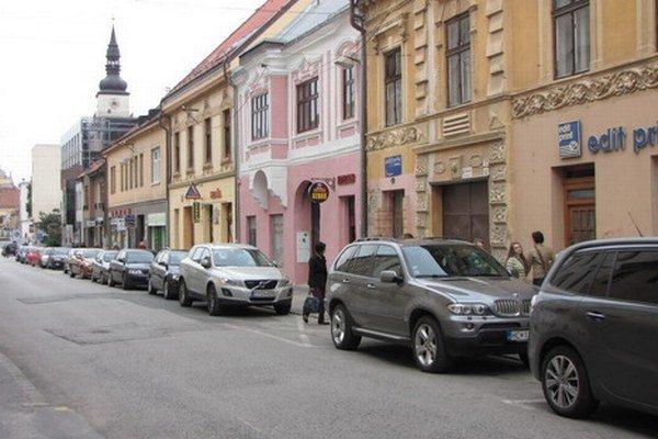 Podmienkou pamiatkarov pri obnove ulice bolo čiastočné použitie prírodnej dlažby, na parkovacie miesta preto dodávateľ použije staré čadičové kocky.