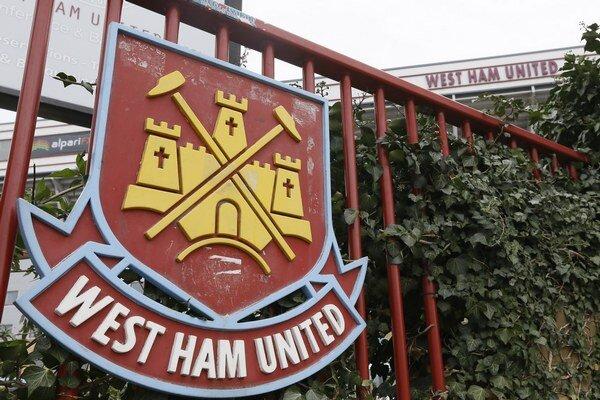Na snímke logo na štadióne anglického futbalového klubu West Ham United.